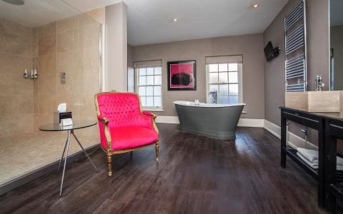 Cranborne Suite bathroom, room 4, at The Grosvenor Arms, Shaftesbury